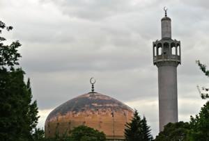 Jugendliche verteidigen die Moschee von Whitechapel
